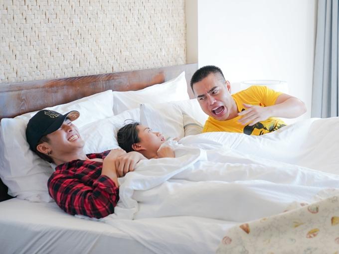 Cuộc chiến giành phòng không có hồi kết nên Lâm Vỹ Dạ phải ngủ chung giường với Gin Tuấn Kiệt (trái) và Lê Dương Bảo Lâm (phải). Cô tỏ ra dè chừng, dùng chăn che chắn cẩn thận khi nằm giữa hai đồng nghiệp nam.