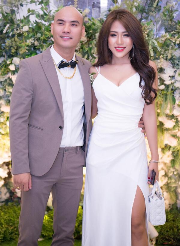 Ca sĩ Huỳnh Ái Vy đang được chú ý với ca khúc Về đây em lo khoe vẻ gợi cảm trong đám cưới đàn anh.