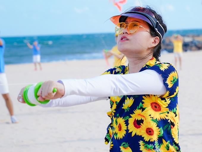 Bà xã Hứa Minh Đạt hào hứng trải nghiệm hoạt động thả diều trên bãi biển vào buổi chiều cùng ngày.