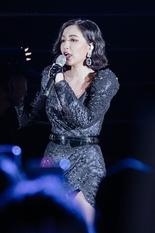Bùi Bích Phương cũng tham gia chương trình. Nữ ca sĩ gốc Quảng Ninh khoe đường cong trong bộ váy bó sát, trễ cổ và xẻ đùi rất cao.