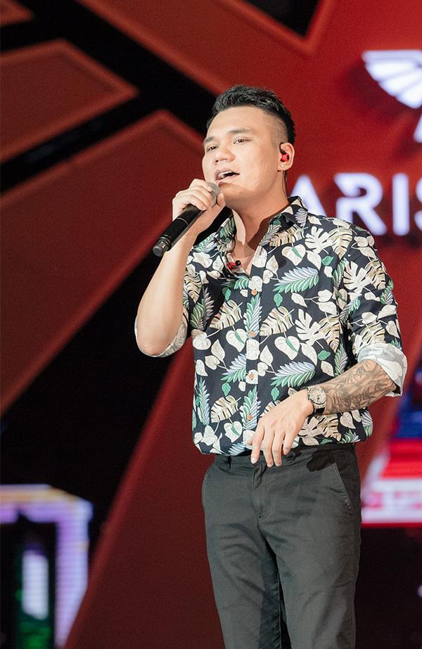 Khắc Việt cảm thấy rất hứng khởi khi khán giả tại phố đi bộ hòa giọng với mình các ca khúc Liệu anh có thể yêu em, Ngỡ, Anh khác hay em khác và Yêu lại từ đầu.