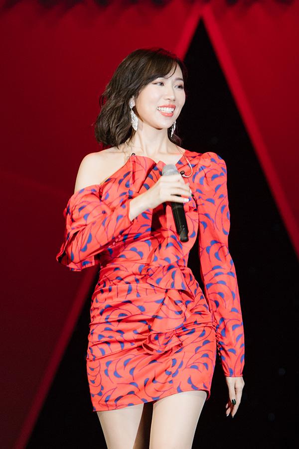 Min thể hiện phong cách gợi cảm với váy ngắn, nhảy sung khi biểu diễn Có em chờ, Yêu và Đừng yêu nữa mệt rồi.