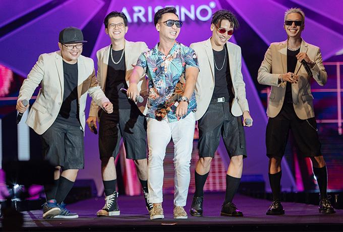 MC Thành Trung giữ vai trò dẫn dắt chương trình. Anh ngẫu hứng lên sân khấu nhảy múa, đọc rap cùng Da LAB ca khúc Thanh xuân và Bài ca tuổi trẻ.