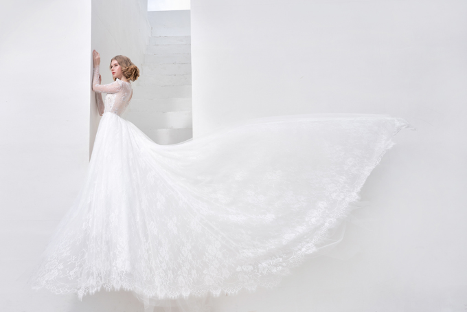 Đuôi váy dài đính hoa ren tạo sự uyển chuyển trong từng bước chân của cô dâu, giúp nàng trở nên nữ tính và dịu dàng.