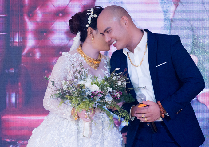 Cô dâu gây chú ý khi đeo nhiều nữ trang trong hôn lễ. A Tuân cho biết anh và vợ hẹn hò 3 năm thì quyết định về chung một nhà.