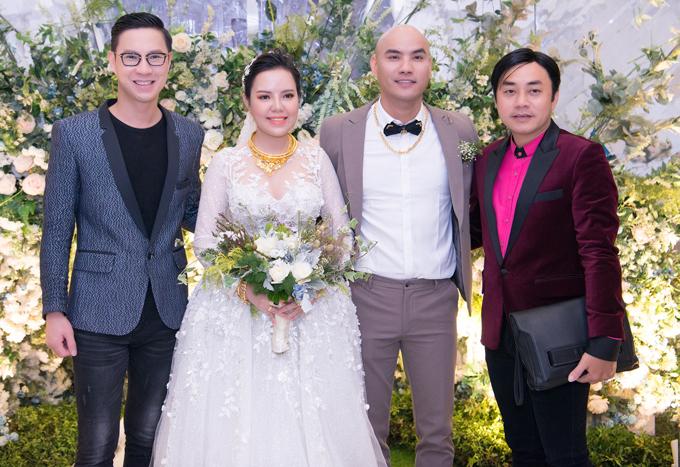 MC Anh Quân (trái) và đạo diễn thời trang Đỗ Kim Khánh (bìa phải) chúc cô dâu - chú rể trăm năm hạnh phúc.