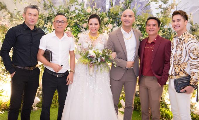 Ca sĩ Chu Bin (ngoài cùng bên phải) rất vui khi hội ngộ nhiều anh em đồng nghiệp trong tiệc cưới của A Tuân, tối 1/6.