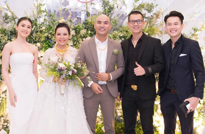 Ca sĩ Ngọc Khanh (ngoài cùng bên phải) mặclịch lãm đi ăn cưới.