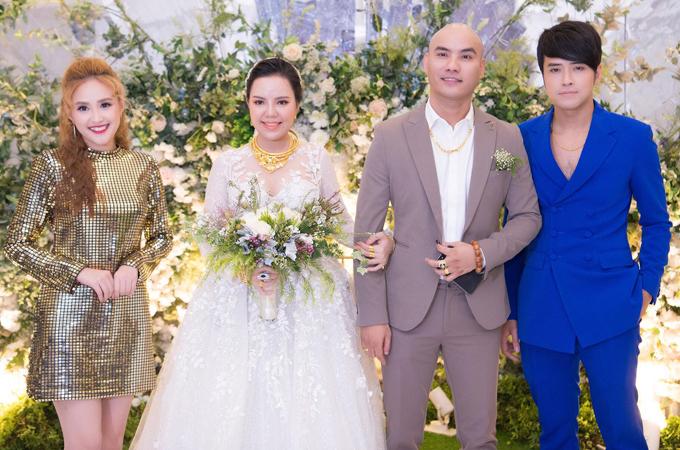 Phương Hằng và chồng - ca sĩ Anh Tâm (vest xanh) đến chúc mừng ca sĩ, nhạc sĩ A Tuân kết hôn ở tuổi 33. Cô dâu tên Quỳnh Trang, sinh năm 1998, kém chú rể 12 tuổi.