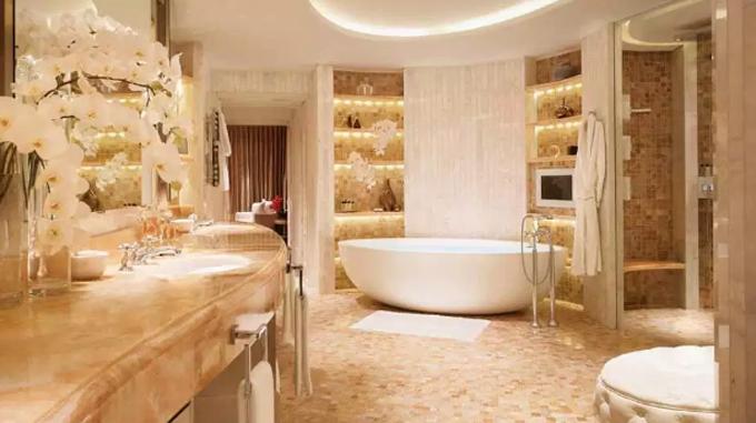 Phòng tắm bên trong khách sạn đều được ốp bằng đá cẩm thạch sang trọng. Ảnh: Sun.