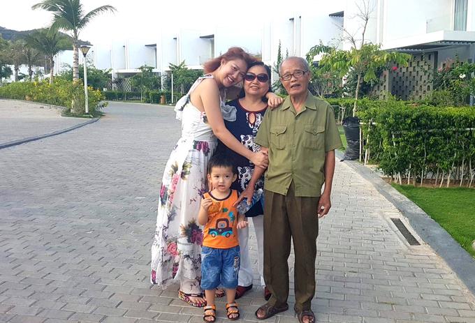 Phi Thanh Vân hạnh phúc bên bố mẹ và con trai trong kỳ nghỉ dưỡng ở Vũng Tàu dịp 30/4.