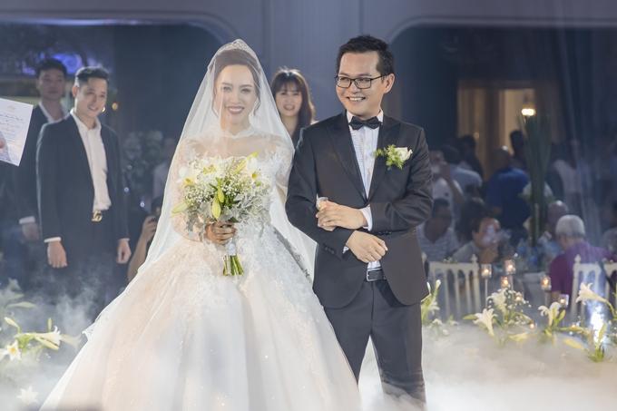 Đầu năm 2019, NSND Trung Hiếu bất ngờ thông báo kết hôn. Cô dâu là Thu Hà, năm nay 27 tuổi, hiện là nhân viên ngân hàng, từng có thời gian làm diễn viên múa. Cả hai quen nhau khi đóng chung một phim hài Tết. Cặp đôi hẹn hò bí mật gần bốn năm trước khi quyết định gắn bó lâu dài.