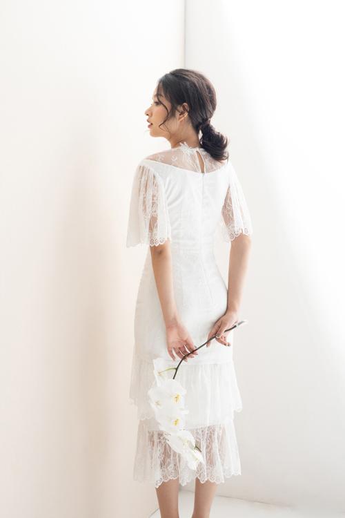 Các mẫu đầm áp dụng kỹ thuật draping 3D và xếp vải để tạo điểm nhấn cho thiết kế, khiến chiếc váy đủ khác biệt, nổi bật để sử dụng trong dịp đại hỷ.*Draping trong may vá, thiết kế là kỹ thuật dựng rập 3D trên manocanh.Kỹ thuật draping giúp thực hiện một mẫu thiết kế theo đúng với ý tưởng ban đầu của nhà thiết kế.