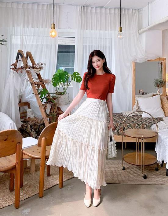 Song song với việc lựa chọn váy áo đúng mùa, cách sử dụng các mẫu phụ kiện đang được yêu thích sẽ góp phần giúp bạn gái trở nên sành điệu hơn. Ví dụ như túi xách kết hạt ngọc trai.