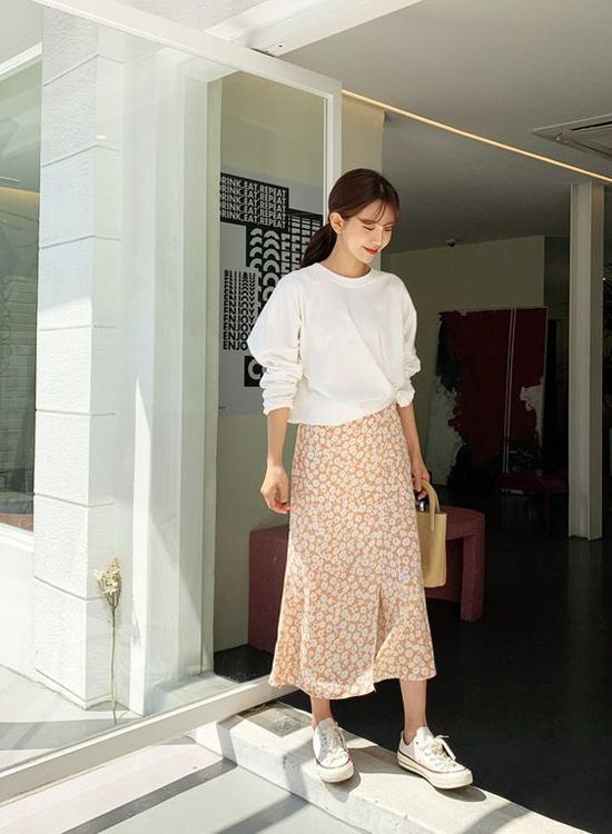 Ngoài chân váy trắng, chất liệu vải in hoa, họa tiết kẻ sọc ca rô cũng được nhiều nhà mốt đưa vào các bộ sưu tập mới.