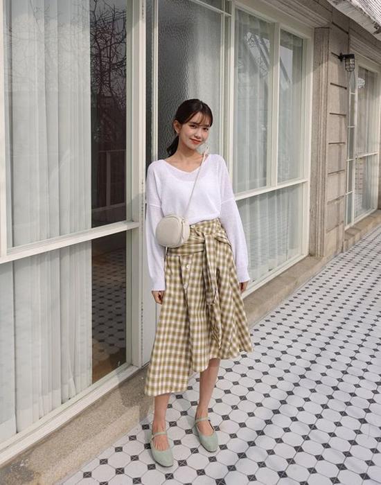 Từ dáng váy dài qua gối quen thuộc, nhiều nhà thiết kế còn thể hiện sự phá cách qua các kiểu chân váy biến tấu lạ lẫm.