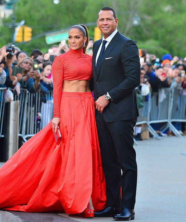 Jennifer Lopez và vị hôn phu kém 6 tuổi được các fan chào đón nồng nhiệt bên ngoài sự kiện.