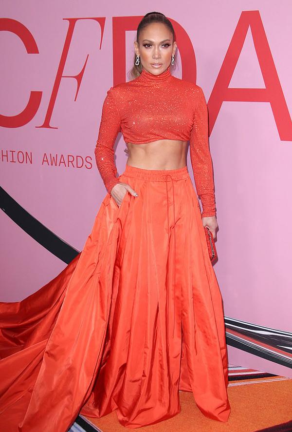 Jennifer Lopez lộng lẫy trong bộ đầm cam thương hiệu Ralph Lauren tại CFDA Fashion Awards 2019. Thiết kế lấy cảm hứng từ trang phục truyền thống của phụ nữ Ấn Độ, khoe eo thon và tôn vòng một căng đầy.