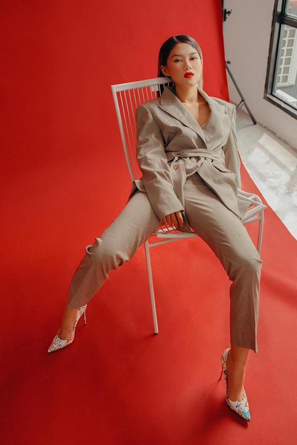 Với mẫu vest phá cách, Ngọc Thanh Tâm kết hợp với kiểu tóc thẳng tắp, trang điểm màu son tươi tắn và dùng đôi giày cao gót mang nhiều màu sắc bắt mắt.