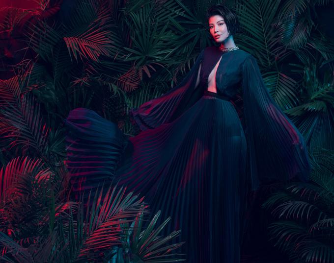 Chọn phong cách sexy mà bí ẩn cho bộ ảnh thời trang mới, Vũ Cẩm Nhung trang điểm cá tính, diện đầm đen dập ly xuyên thấu bay bổng.