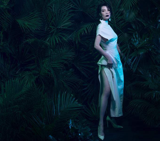 Đầm xẻ cao bất tận mix kèm giày mũi nhọn cũng là lựa chọn hiệu quả để cựu người mẫu phô diễn thân hình đáng ngưỡng mộ dù đã trải qua hai lần sinh nở.