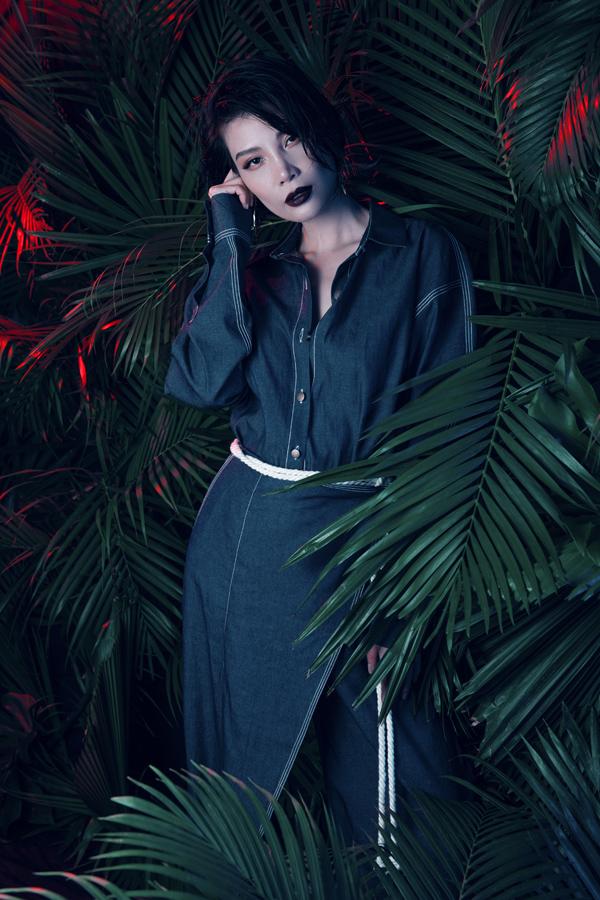Vũ Cẩm Nhung sinh năm 1976, từng là người mẫu thuộc thế hệ đầu tiên tại Việt Nam. Hơn 10 năm nay, cô rút lui khỏi làng giải trí để tập trungkinh doanhdược mỹ phẩm.