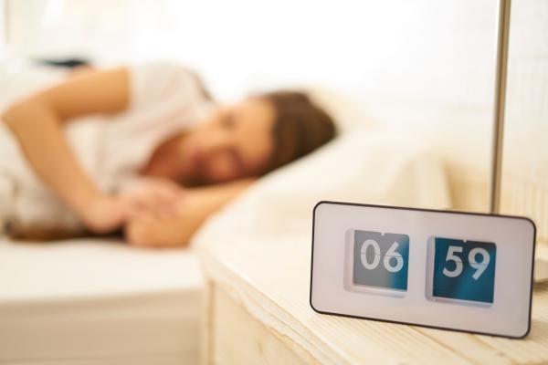 Tắt đi bật lại báo thức Ngủ cố thêm vài phút không khiến bạn tỉnh táo hơn. Ngược lại, nó khiến bạn uể oải, thèm ngủ suốt cả ngày.