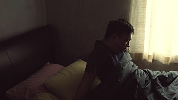 Thức dậy trong phòng tối Không bật đèn hay mở cửa sổ sau khi thức dậy sẽ khiến cơ thể nhầm tưởng rằng chưa đến giờ phải dậy. Ánh nắng sáng sớm rất tốt cho cơ thể. Bạn nên mở cửa sổ, hít thở không khí trong lành, vươn vai vài lần để đánh thức cơ thể, khởi động cho một ngày mới năng động.