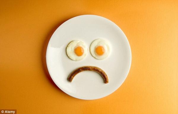 Không ăn sáng Dù bận rộn đến đâu bạn cũng nên ăn sáng. Bỏ bữa sáng sẽ khiến cơ thể thiếu hụt dinh dưỡng, không có năng lượng để hoạt động. Chưa kể, bỏ bữa sáng còn khiến bạn ăn nhiều hơn vào các bữa khác trong ngày, từ đó, dễ gây ảnh hưởng xấu đến cân nặng và vóc dáng.