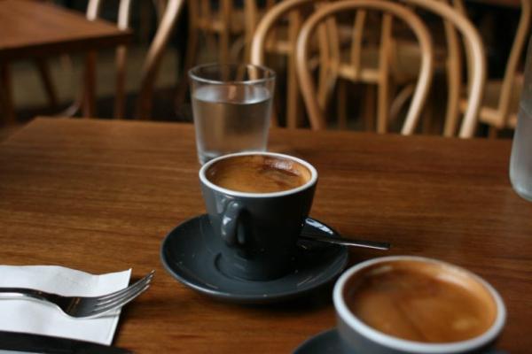 Uống cà phê sớm Các chuyên gia dinh dưỡng đều khuyên rằng, cà phê nên uống sau 9h30 phút là tốt nhất. Trong khoảng thời gian từ 8h đến 9h, cơ thể tự tiết ra một nguồn năng lượng lớn để điều hòa hormone căng thẳng.Uống cà phê vào thời điểm này có thể khiến bạn thấy bồn chồn, lo lắng nhiều hơn. Nhiều nghiên cứu chỉ ra rằng, thời điểm tốt nhất để uống cà phê là 10 sáng hoặc sau bữa trưa.