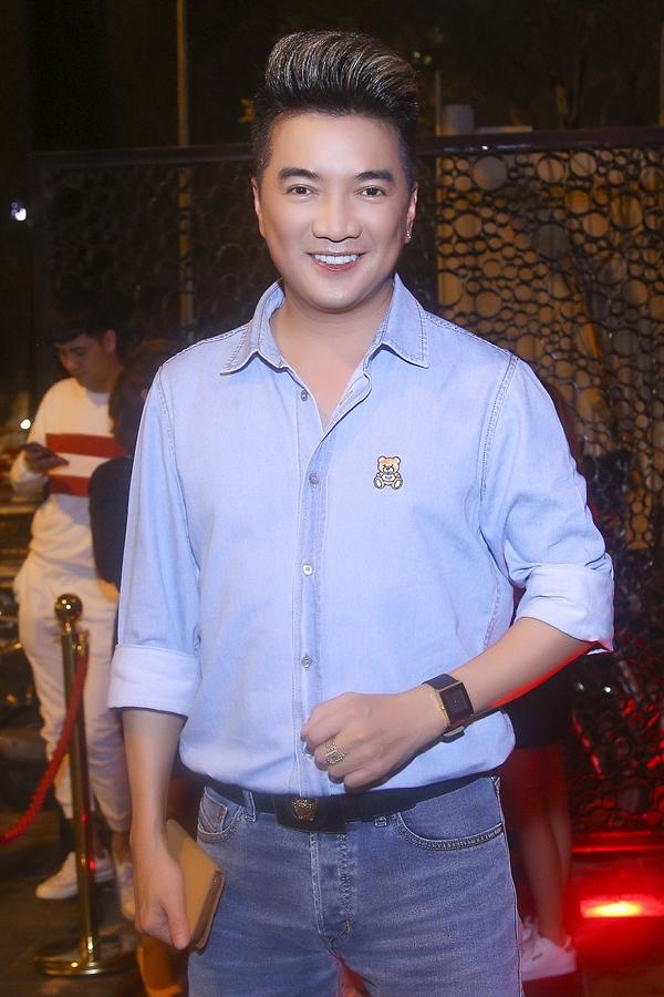 Ca sĩ Đàm Vĩnh Hừng dành thời gian đến chúc mừng tuổi mới của Nguyễn Hồng Thuận.