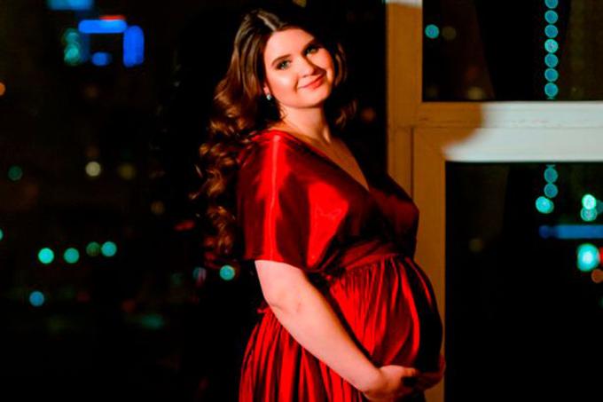 Alisa xinh đẹp khi mang bầu con gái đầu lòng. Ảnh: east2west .