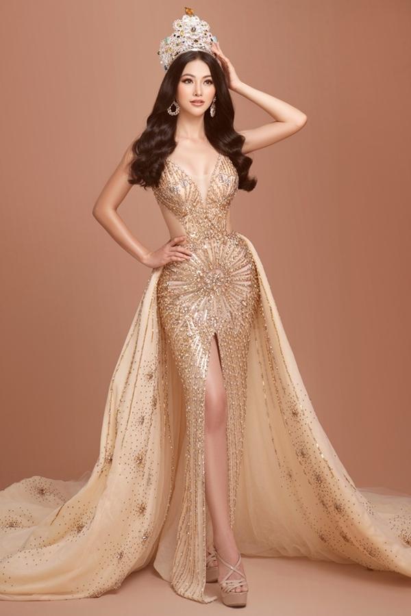Phương Khánh vừa thực hiện loạt ảnh tái hiện khoảnh khắc đăng quang Miss Earth 2018. Cô diện trang phục dạ hội