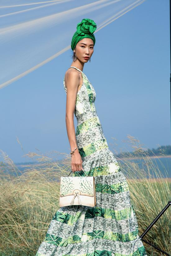 Các phụ kiện khăn lụa, túi trang trí họa tiết cũng được phối hợp một cách nhịp nhàng về màu sắc để tạo nên sự thống nhất cho tổng thể.