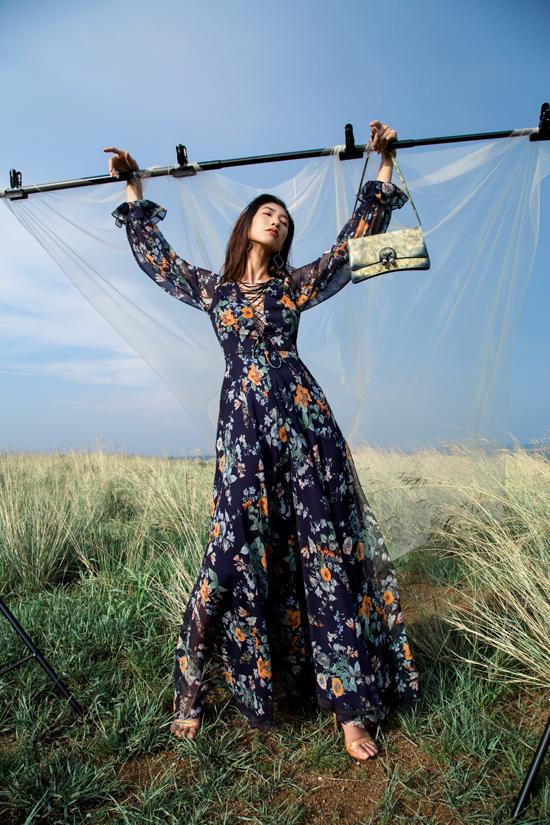 Lụa, chiffon mỏng in hoa được phối hợp cùng lụa nhân tạo để mang tới các mẫu trang phục nửa kín, nửa hở.