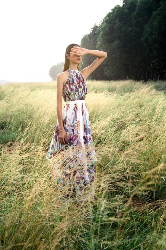 Áo cổ yếm, váy cổ yếm cũng được nhà thiết kế ứng dụng để mang tới các kiểu váy gợi cảm cho nàng có bờ vai thon.