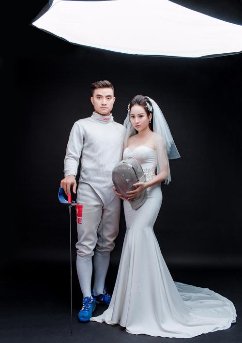 Vì muốn để lại dấu ấn cá nhân, nhắc đến nghề nghiệp bản thânnên Thành An đã cầm kiếm và diện trang phục khi thi đấu thể thao, tạo nên bản sắc riêngcho bộ ảnh cưới.