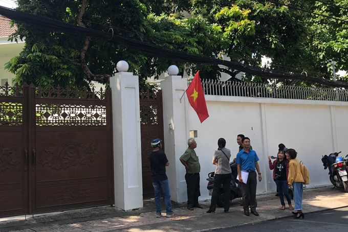 9h, các chấp hành viên có mặt tại nhà riêng của bà Thảo nhưng cửađóng kín.