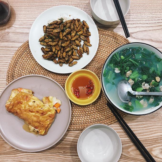 Những bữa cơm gia đình của cặp vợ chồng trẻ không quá cầu kỳ nhưng lúc nào cũng đủ ba món: một món mặn, một món rau và canh.