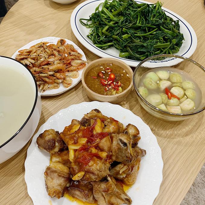 Mâm cơm hàng ngày của An gồm các món phổ biến, dễ thực hiện nhưng cũng có dấu ấn riêng. Chẳng hạn, thay vì dùng nước mắm để chấm rau muống luộc, cô sử dụng tương bần, thêm chút gừng, ớt theo khẩu vị truyền thống.