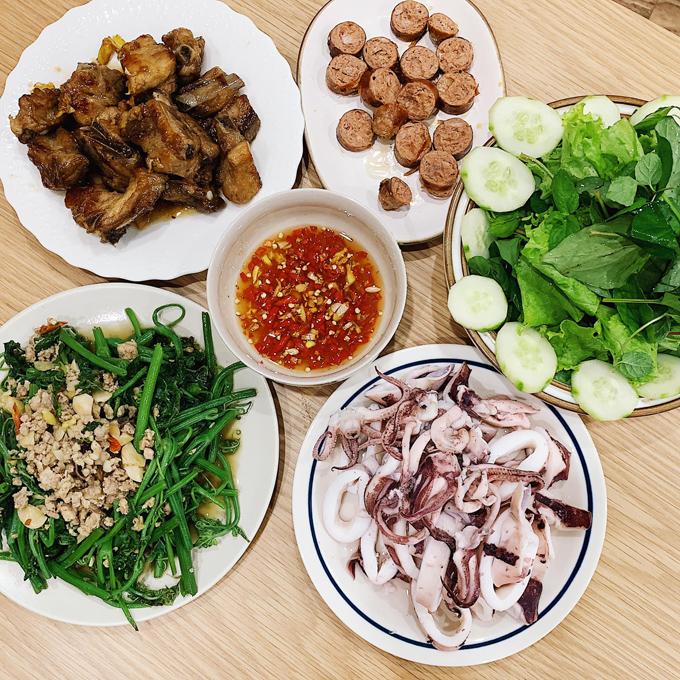 Vào cuối tuần, An Vũ đổi món cho gia đình bằng các món hải sản, thịt nướng hoặc lẩu, sushi.