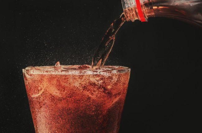 2. Soda  y tế Đồ uống có ga hoặc soda là một trong những kẻ thù tồi tệ nhất của bạn. Chúng có thể làm rối tung mọi thứ, từ làn da, lượng đường trong máu, đến hormone và tâm trạng của bạn. Hãy quên việc tiếp thị và các nhãn hiệu nói rằng nó tốt cho bạn hoặc nó có chứa các chất dinh dưỡng hoặc vitamin. Tất cả những gì nó có là một bó đường, thuốc nhuộm thực phẩm và chất bảo quản. Và các phiên bản không đường cũng không tốt hơn vì chúng có chứa chất làm ngọt nhân tạo có hại. Mua một máy xay sinh tố hoặc máy làm nước trái cây và tự làm nước ép. Và nếu bạn bỏ lỡ các bong bóng, bạn luôn có thể thêm nước ép trái cây tự chế của bạn vào một ít nước lấp lánh và voila!