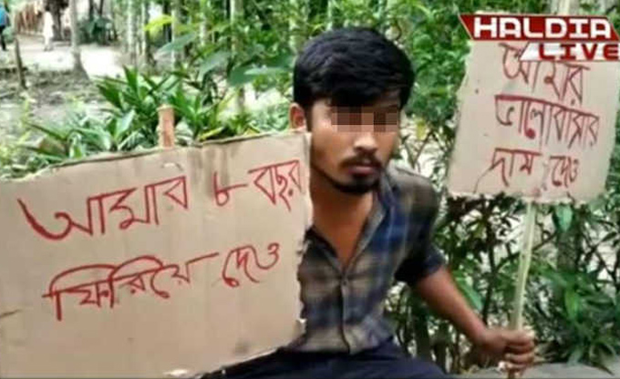Ananta Burman giơ banner phản đối, đòi trả lại 8 năm thanh xuân trước cửa nhà bạn gái. Ảnh: