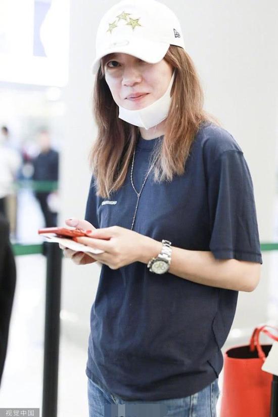 Chiều 5/6, ngôi sao Nhà hàng Trung Hoa bị bắt gặp tại sân bay Hồng Kiều, Thượng Hải. Nữ diễn viên ăn mặc bụi bặm, khỏe khoắn, trông rất vui vẻ và rạng rỡ, dù vóc dáng có phần gầy hơn trước. Trợ lý của cô đi phía sau, đẩy theo rất nhiều vali đồ đạc.