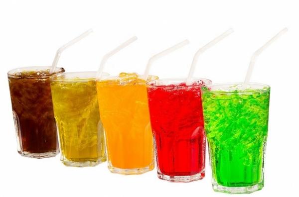 Nước ngọt Nước ngọt có tính acid cao làm ăn mòn men răng và khiến răng ố đi trông thấy. Ngoài ra, hàm lượng đường cao trong các loại nước ngọt dễ bám vào bề mặt răng khiến răng chuyển màu sậm.