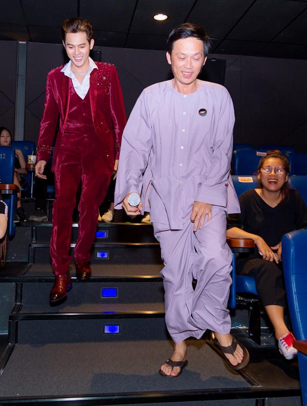 Hoài Linh mặc bà ba đi dép lào tới chúc mừng Võ Đăng Khoa