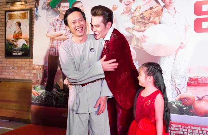 Võ Đăng Khoa ôm chặt cậu nuôi trong họp báo. Anh thấy vinh dự vì đây là một trong những lần hiếm hoi Hoài Linh dự một buổi ra mắt sản phẩm mới.