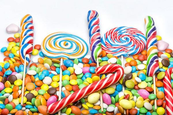Thực phẩm chứa phẩm màu hoá học Lượng đường cao cùng với chất tạo màu trong các loại thực phẩm này vừa khiến răng xỉn màu vừa dễ gây sâu răng.