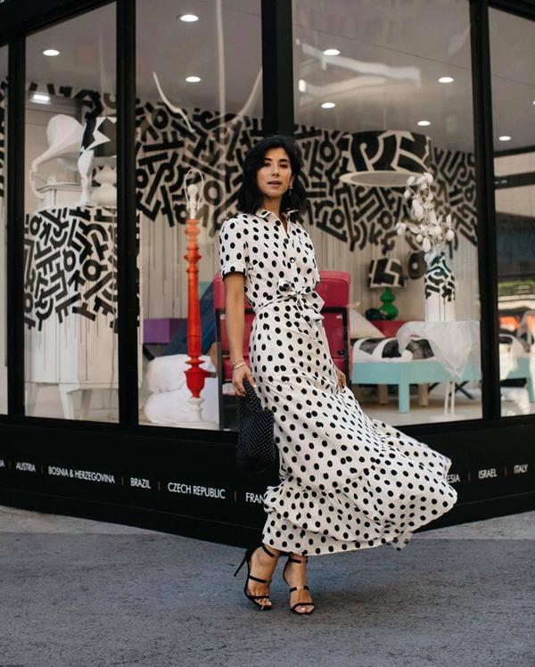 Váy sơ mi, đầm bèo nhún, váy tay bồng đều được thiết kế trên các chất liệu vải in hoạ tiết chấm bi xinh xắn.