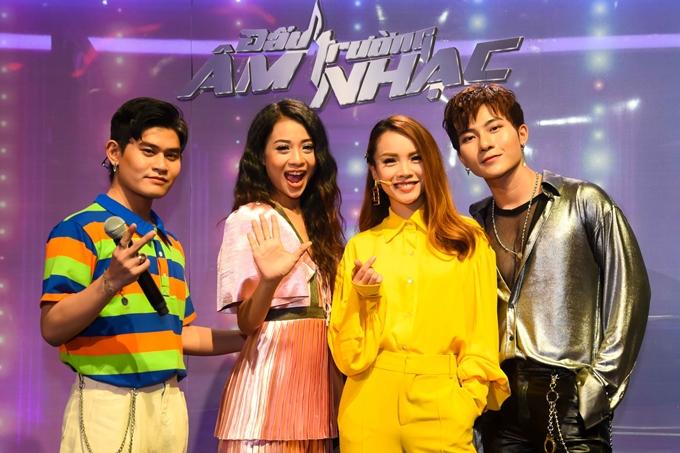 Yến Trang bên cạnh ba thành viên đội của mình.